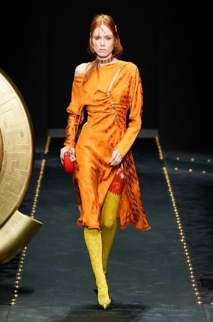 Arancione e giallo in passerella da Versace