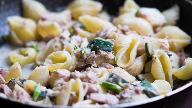 Pasta fredda zucchine marinate e tonno