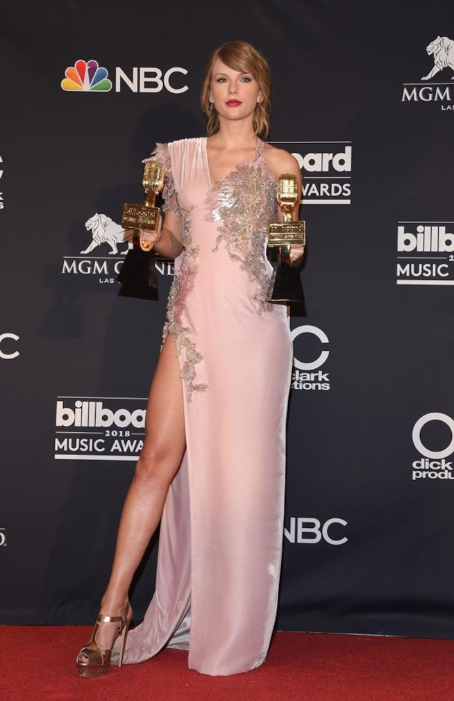 Taylor Swift con i riconoscimenti ottenuti ai Billboard Music Awards 2018