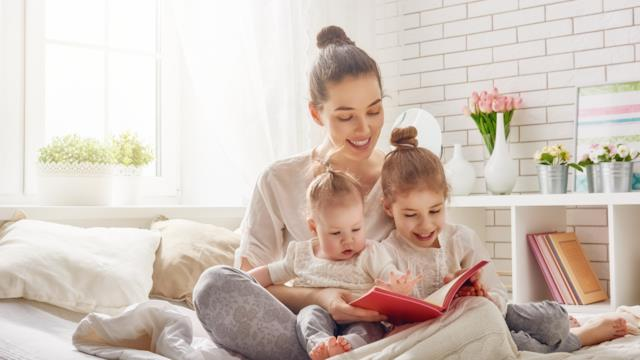 Leggere insieme ai bambini aiuta i genitori a esser meno bruschi e i figli meno iperattivi