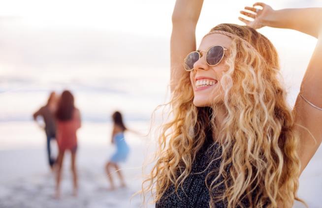 Festa hippy sulla spiaggia a Ibiza