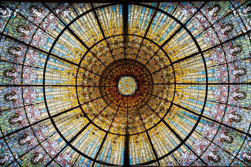Il lucernario del Palau de la Musica, meraviglioso esempio della Barcellona modernista