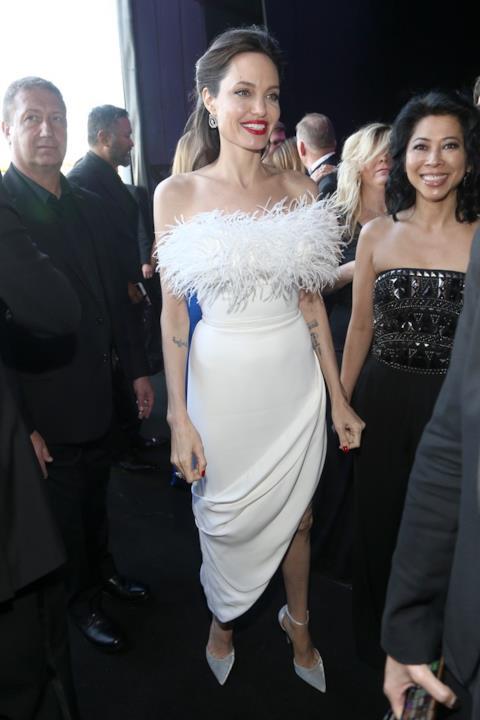 Angelina Jolie si muove ai Critics' Choice Awards