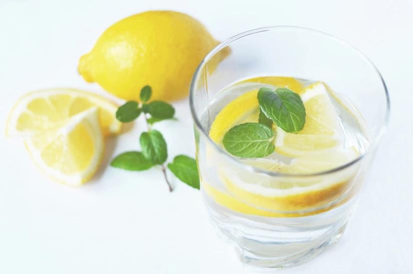 Un bicchiere di acqua con limone