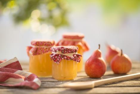 Marmellata di pere in vasetti di vetro