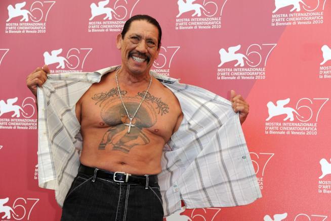 Danny Trejo con la camicia aperta, mostra un grosso tatuaggio sul petto