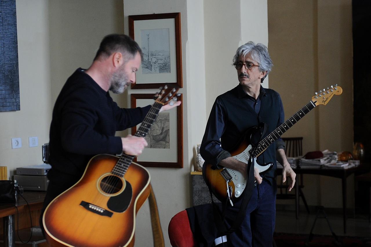 terapia di coppia per amanti sergio rubini e pietro sermonti suonano la chitarra