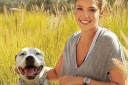 L'attrice Jessica Alba con il cane Bowie