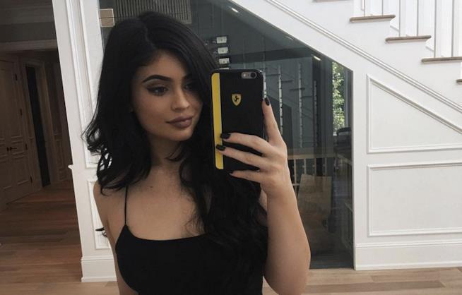 Kylie Jenner posa allo specchio