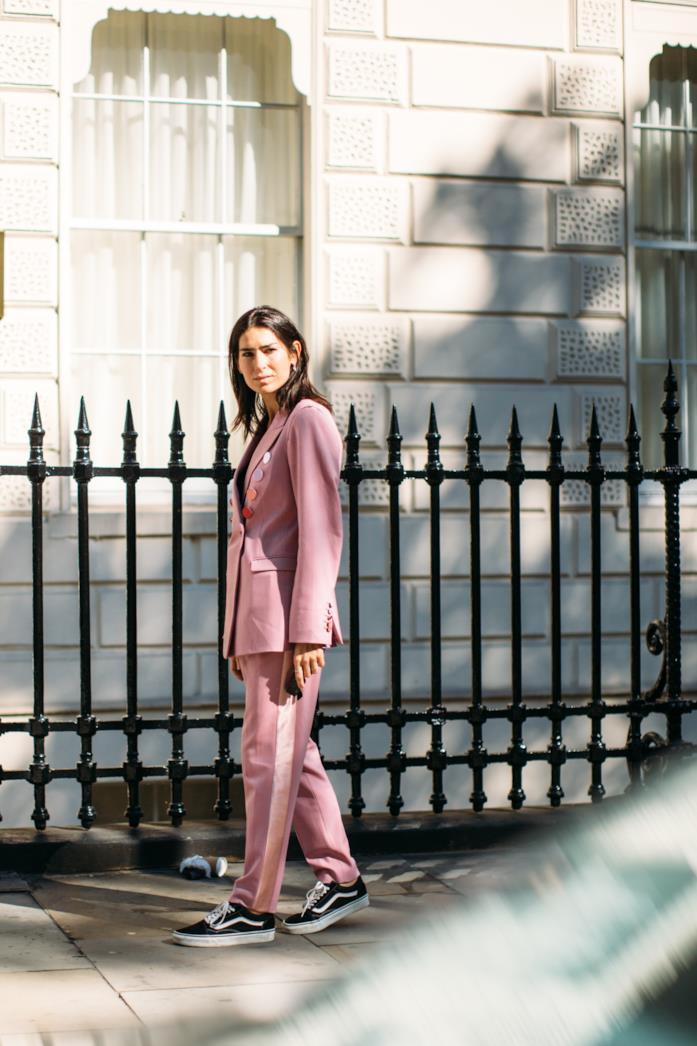 Street style: tailleur rosa e vans nere