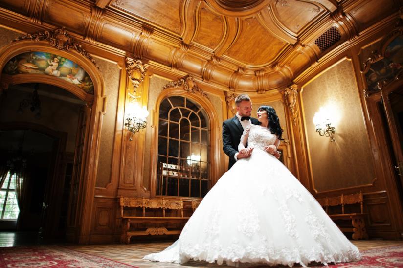Sposi all'interno di una villa