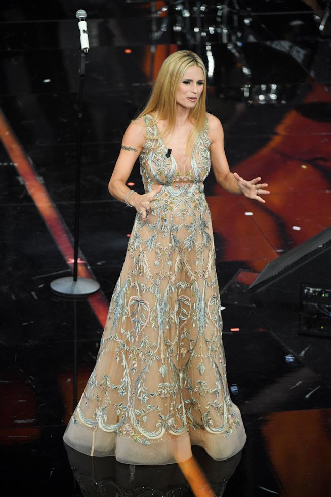 L'abito effetto color nude firmato da Alberta Ferretti perMichelle Hunziker durante la seconda serata di Sanremo 2018