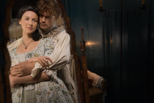 Claire e Jamie abbracciati davanti allo specchio