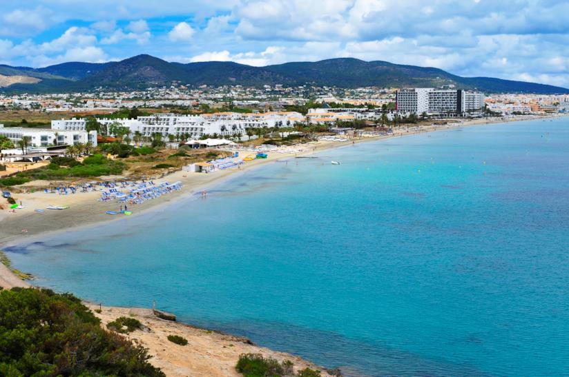Il lungomare di Playa d'en Bossa ad Ibiza
