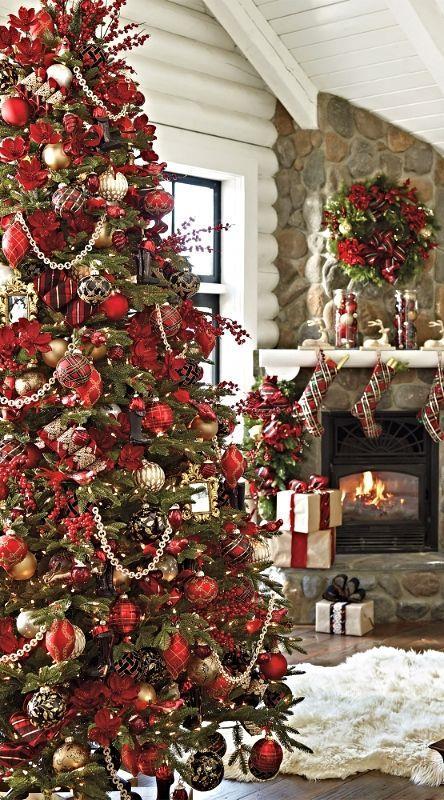 Albero natalizio con addobbi rossi