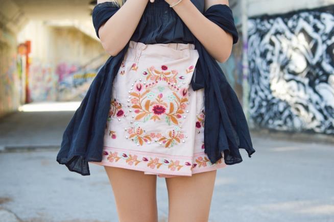 Minigonna con decorazione floreale
