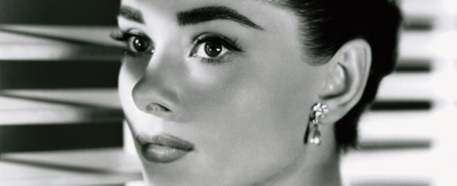 Audrey Hepburn in una foto del 1954 appartenente alla Fondazione Kobal
