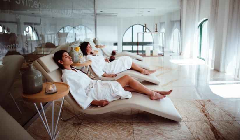 Donne che si rilassano in una spa.