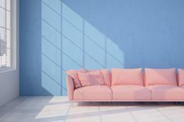 Divano e parete in colori pastello in perfetta tendenza per la bella stagione