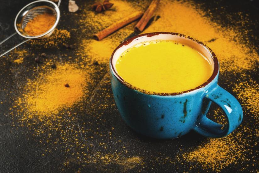 Latte d'oro con la curcuma
