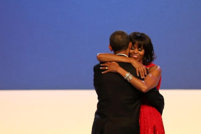 Michelle e Barack Obama ballano abbracciati