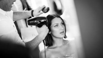 Bella Hadid durante un momento di hairstyle