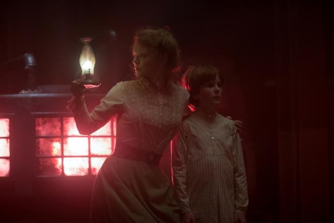 Sarah Snook e Finn Scicluna-O'Prey in una scena de La vedova Winchester