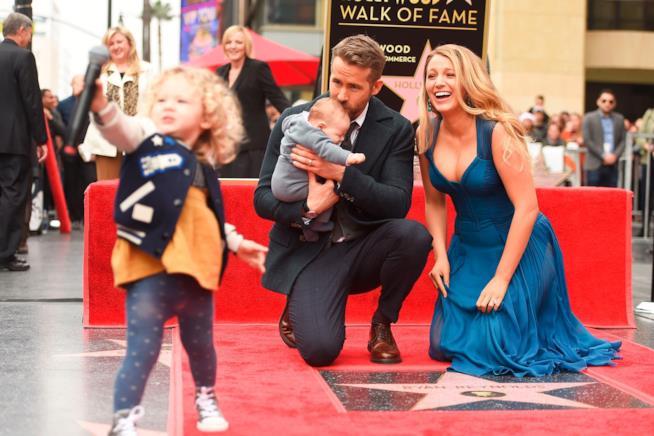 Blake Lively e il marito Ryan Reynolds con i figli sulla Walk of Fame