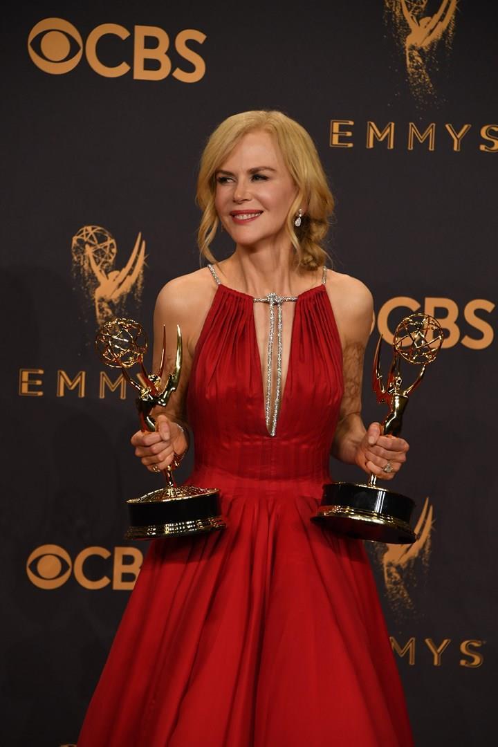 Nicole Kidman stringe raggiante i due Emmy vinti con Big Little Lies