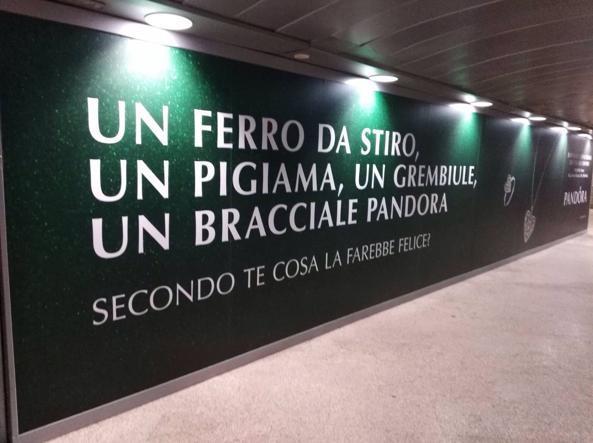 La pubblicità sessista nella metro di Milano che ha fatto infuriare tutti