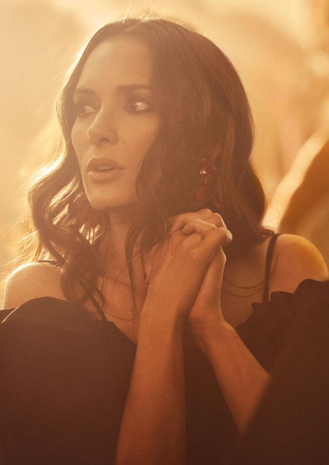 Winona Ryder posa nella campagna di H&M