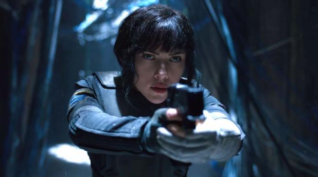 Un primo piano di Scarlett Johansson nel ruolo del Maggiore