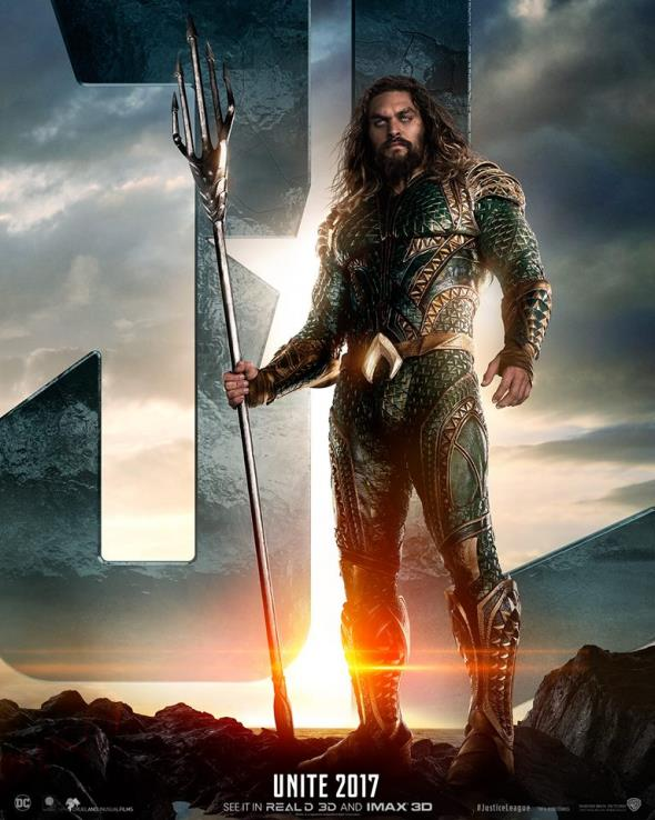 Jason Momoa in una locandina del film Justice League
