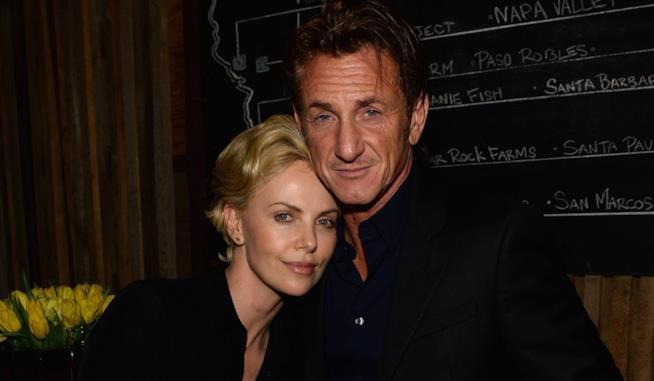Primo piano di Charlize Theron e Sean Penn
