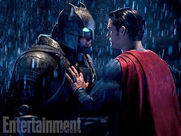 Sguardo carico di tensione tra Batman e Superman