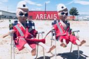 Due alieni di gomma con sullo sfondo la sede della società di intrattenimento Area 15
