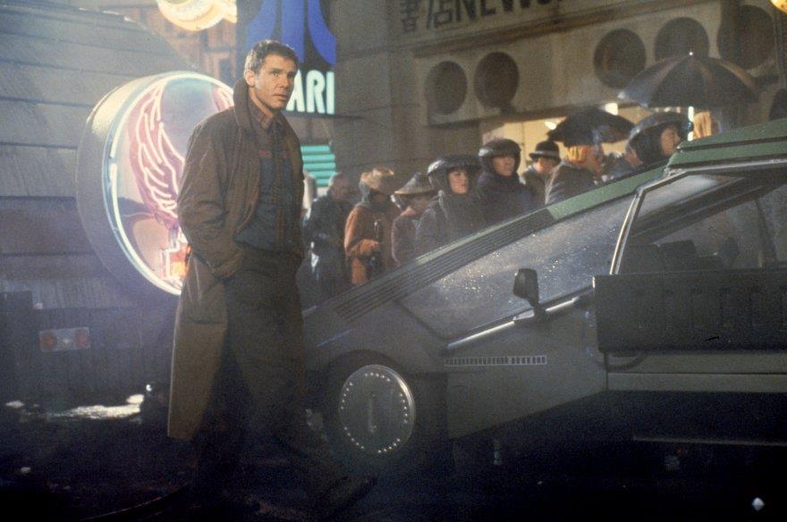 Rick Deckard nella cupa città di Blade Runner