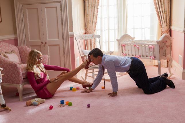 Immagine di Margot Robbie e Leonardo DiCaprio in The Wolf of Wall Street