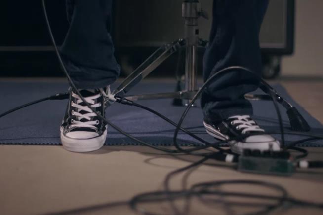 Converse lancia Chet Atkins All Wah con pedale wah-wah integrato