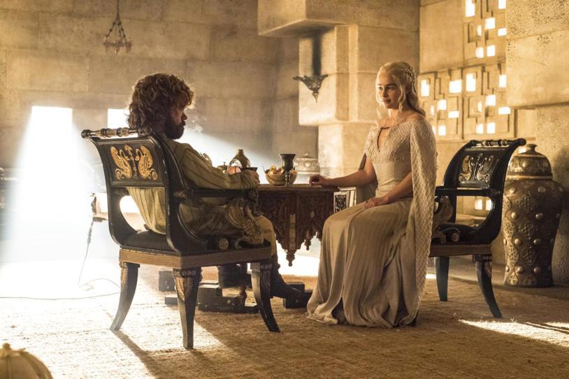 Peter Dinklage ed Emilia Clarke in Game of Thrones