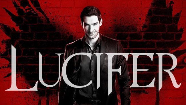 Mezzobusto di Tom Ellis su sfondo rosso con ali nere e scritta Lucifer in primo piano