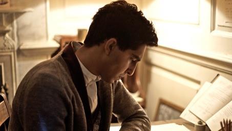 Profilo dell'attore Dev Patel durante la scena di L'uomo che vide l'infinito