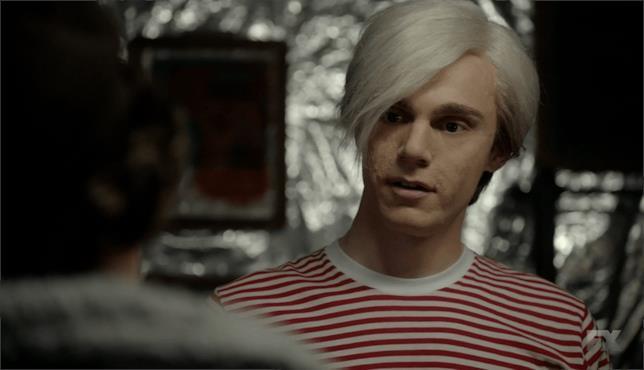 Evan Peters nei panni di Andy Warhol in una scena di AHS: Cult