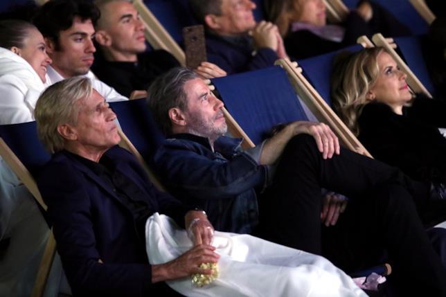 John Travolta insieme alla moglie e al regista di Grease