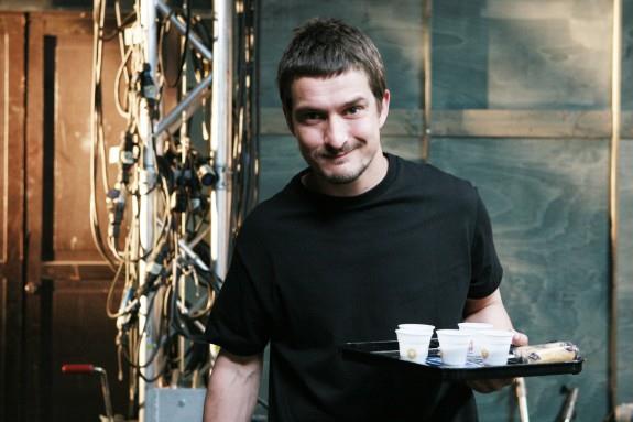 Alessandro Tiberi con un vassoio con il caffé per il team