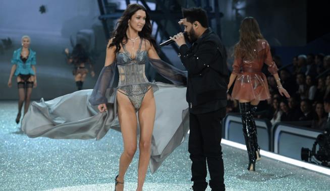 Bella Hadid e The Weeknd, il sorriso in passerella al Victoria's Secret Fashion Show