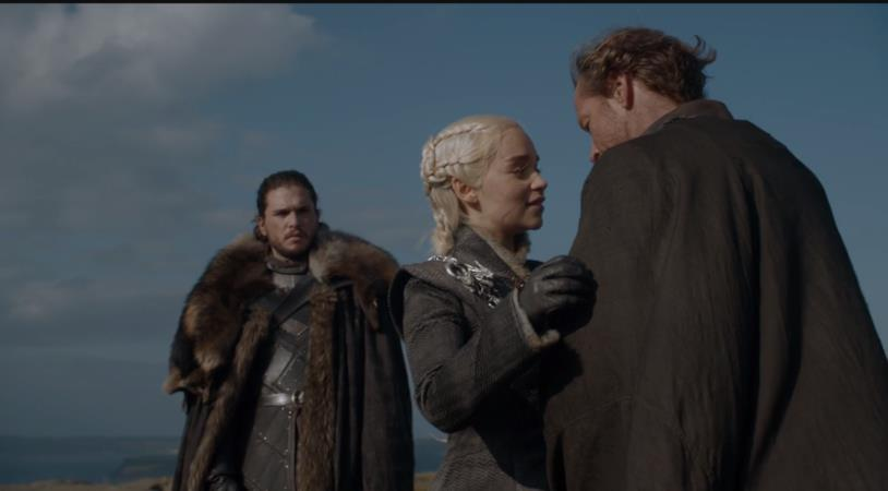 Jorah abbraccia Daenerys e Jon Snow li guarda