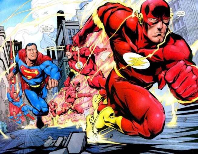 Pagina disegnata in cui Superman e Flash arrivano correndo al traguardo, tenuto in mano da Batman
