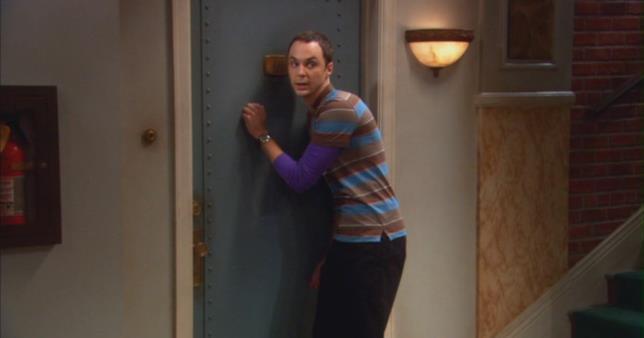 Sheldon Cooper in una scena tipica di The Big Bang Theory