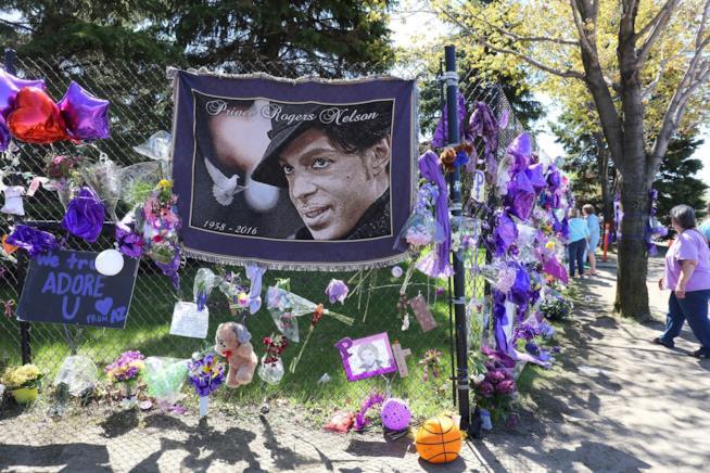 Alcuni omaggi della folla per la morte di Prince